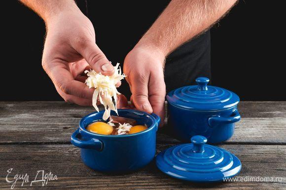 Посыпьте тертым сыром и мускатным орехом.