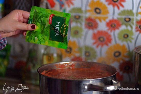 Добавьте в суп соль, травы и специи Kamis.