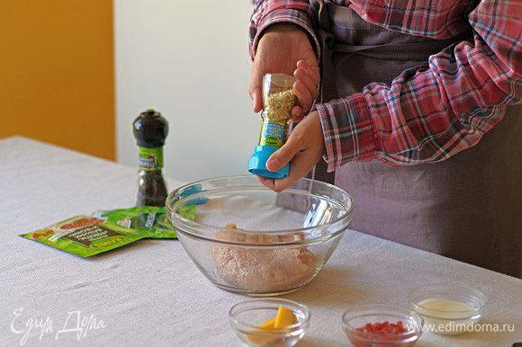 Добавьте морскую соль и черный молотый перец Kamis. Перемешайте.