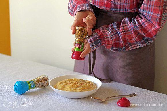 Добавьте в мясо морскую соль, приправу к курице и гранулированный чеснок Kamis. Хорошо перемешайте.