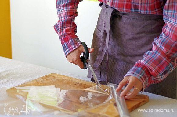 Нарежьте пакеты для запекания квадратами примерно 20 на 20 см.