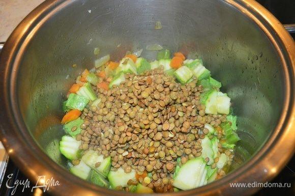 С чечевицы слить воду и соединить с овощами, перемешать.