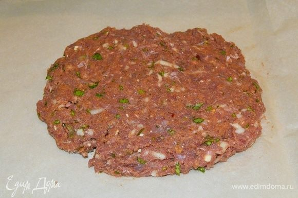 Должна получиться плотная однородная смесь. Разложить мясо на пергаментную бумагу.