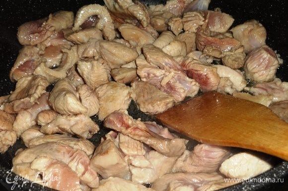 В сковороду налить мало и разогреть его. Выложить свинину и обжарить ее до румяной корочки.