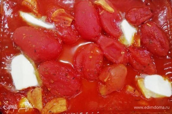 Пока варятся равиоли, закончим приготовление соуса. К запеченным томатам добавляем сливочное масло, перемешиваем.