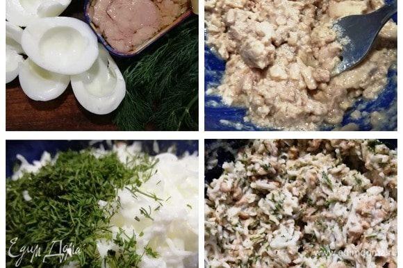 Для первой начинки откроем баночку печени трески ТМ «Магуро», возьмем белки яиц, укроп. Из печени трески сольем масло (и сохраним его), разомнем печень вилкой, добавим натертые на мелкой терке белки и нарезанный укроп, смешаем до однородности. Посолим и поперчим по вкусу.