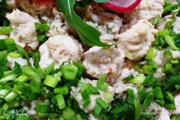 На начинку из рикотты выкладываем поочередно мусс из печени трески и крем на основе паштета из тунца. Украшаем зеленым луком.
