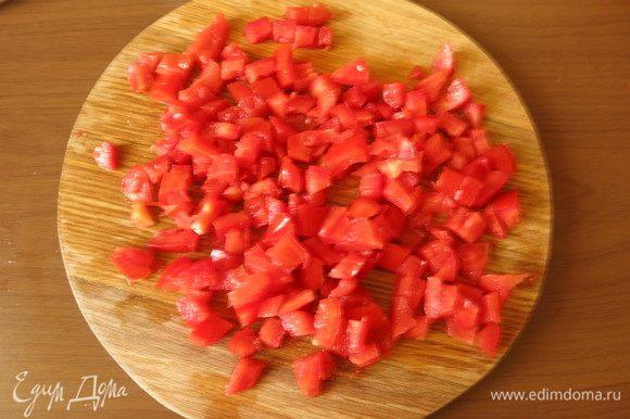 Нарезаем томаты конкассе.