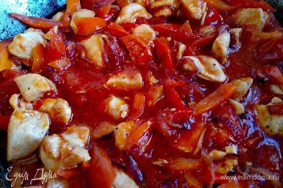 Все тщательно перемешиваем, солим, перчим по вкусу, добавляем сушеный базилик. Доводим до кипения. Как только масса закипела, оставляем тушиться на медленном огне около 30 минут.