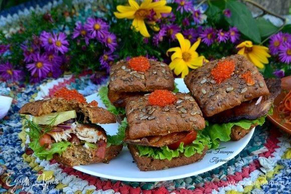 И вот она — минута, когда можно насладиться всеми вкусами и ароматами нашего бутерброда.