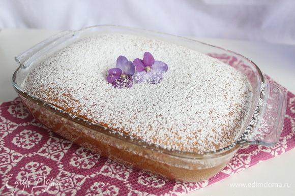 Пирог немного остужаем и зовем всех к столу! Пирог сладкий, поэтому, предупреждая вопросы, скажу, что сладость можно уменьшить, заменив часть сгущенного молока концентрированным (тем, что тоже продается в жестяных банках).
