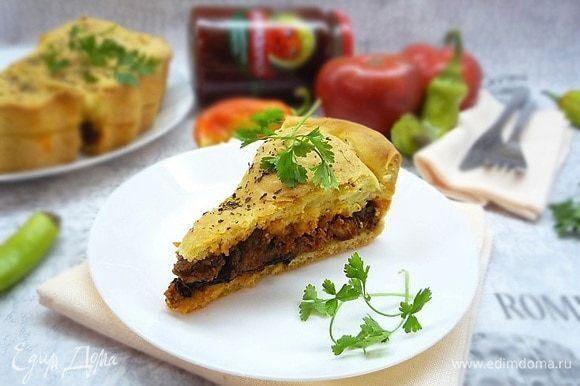 Украшаем свежей зеленью и подаем на стол сразу же, пока горячий. В остывшем виде пирог тоже очень вкусный! Приятного аппетита!