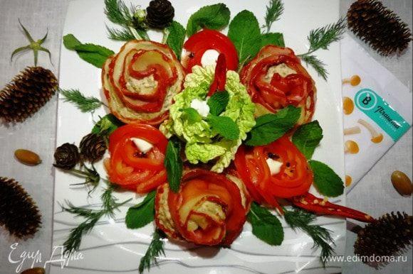 Украшаем тарелку с мантами цветами из помидора и пекинской капусты и подаем с зеленью.