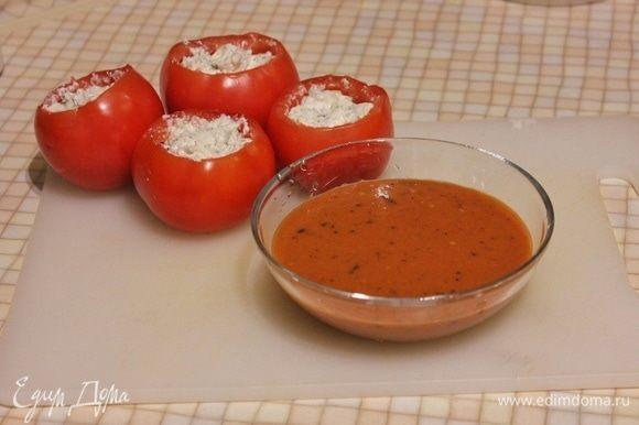 Готовим соус. В мякоть помидоров добавляем томатную пасту ТМ «Помидорка», оставшийся базилик, сушеные итальянские травы, оливковое масло. Посолить и поперчить. Соус можно взбить блендером или самостоятельно мелко порубить мякоть с базиликом, тщательно перемешав. Если соус получился слишком густым, можно разбавить его небольшим количеством воды или бульона.