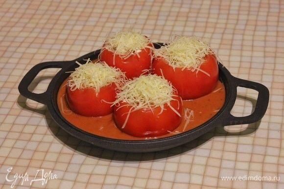 Выливаем готовый соус в жаропрочную форму (у меня чугунная сковорода). Выкладываем начиненные помидоры в соус и посыпаем сверху оставшейся частью сыра. Убираем форму в предварительно разогретый до 200°C духовой шкаф на 20 минут. Закуска или, как говорят итальянцы, антипасто готова. Можно подавать как в горячем, так и в холодном виде. К блюду можно добавить свежую хрустящую чиабатту, обмакнув ее в томатный соус. Приятного аппетита!