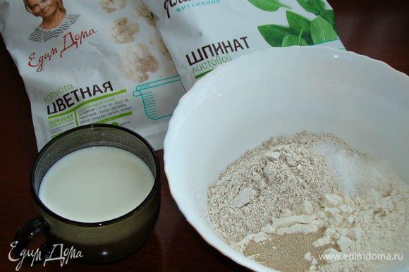 В миске смешать все сухие ингредиенты, в отдельной чашке смешать жидкие. Кефир, смешанный с водой, необходимо слегка подогреть, но смесь не должна быть горячей.