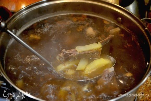 Сваренные ребрышки разрезать на кусочки, добавить грибы и картошку, нарезанную соломкой. Снимаем пенку, чтобы бульон был красивым.