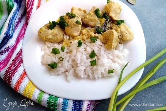 Подавать карри, посыпав зеленым луком. На гарнир лучше всего приготовить рис.