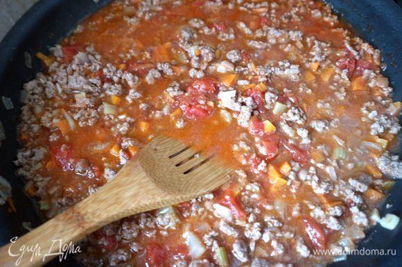 Добавить вино, выпарить в течение 1–2 минут, затем добавить томаты в собственном соку. Тушить мясо с овощами примерно 40 минут на минимальном огне. В ходе приготовления посолить (1 ч. л.), поперчить. Жидкость должна выпариться, а смесь остаться чуть влажной и сочной.