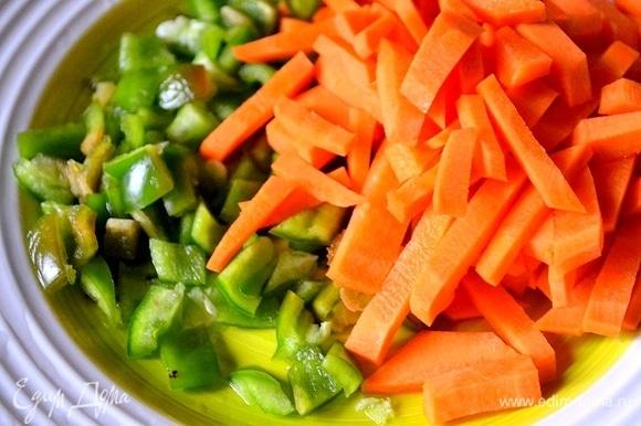 Измельчаем морковь и болгарский перец.