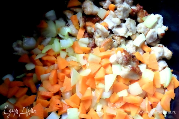 Засыпать в мультиварку курочку вместе с морковью и луком.
