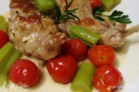 Подавать кролика с овощным гарниром. Для особо голодных и просто для тех, кто любит вкусно поесть, идеально подойдет картофельное пюре.
