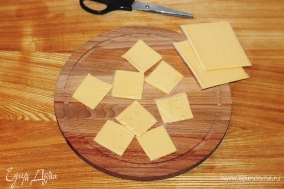 Пластины плавленого сыра разрезать на 4 части.
