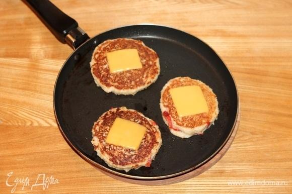 Смазываем (всего лишь каплей масла) один раз сковороду растительным маслом и хорошо разогреваем. На разогретой сковороде выпекаем котлетки-лепешки с двух сторон. Переворачиваем и на обжаренную сторону кладем пластину сыра (1/4 часть), допекаем вторую сторону. Без масла котлетки выпекаются очень быстро. С маслом становятся вязкими.