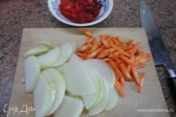 Все овощи нарезаем или шинкуем ножом. Форму нарезки выбирайте сами. Мне нравится брусочками.