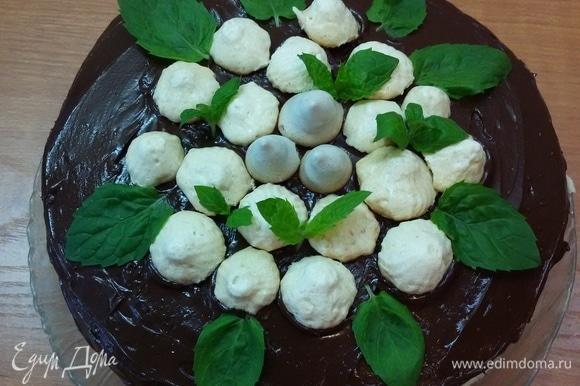 Покрыть верх торта глазурью и украсить по своему вкусу. Поставить в холодильник часа на два, а лучше на ночь. Приятного аппетита.