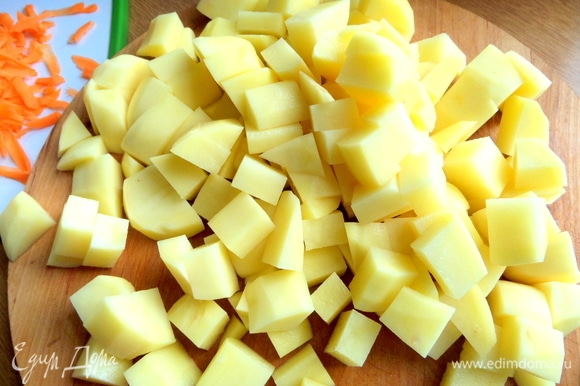 Картофель нарезать кубиком, морковь натереть.