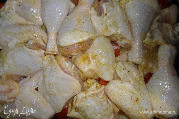 На овощи выложить куски курицы.