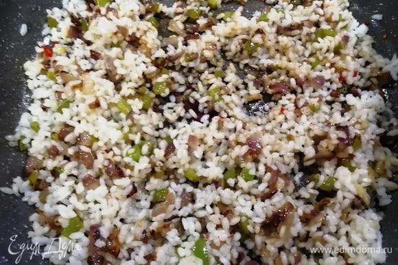 К овощной смеси добавим рис и соевый соус. Помешивая, жарим 5 минут. Гарнир готов.