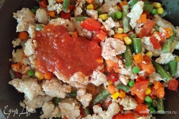 Посолить, поперчить по вкусу. Влить томатную пасту или пассату. У меня домашняя пассата. Перемешать, накрыть крышкой и готовить 5 минут.