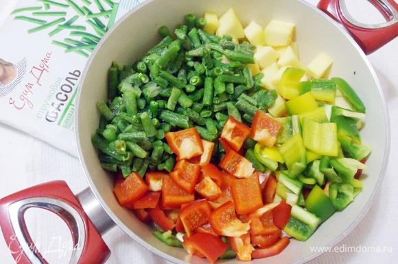 Добавить в кастрюлю замороженную фасоль, сладкий перец и цукини.