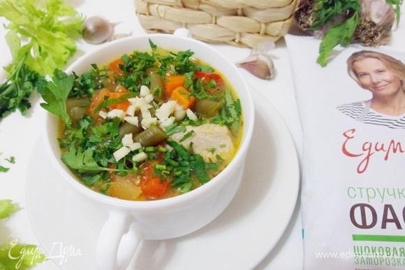 Добавить в тарелку измельченный чеснок и посыпать зеленью петрушки.