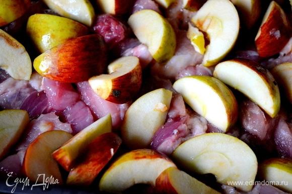 Мясо кладем в смазанную форму. Сверху — яблоки. Отправляем форму в духовку на 40 минут при 180°C.
