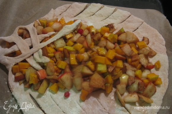Раскатываем первое тесто в шар потолще, выкладываем начинку, надрезаем края и плетем плетеночку)