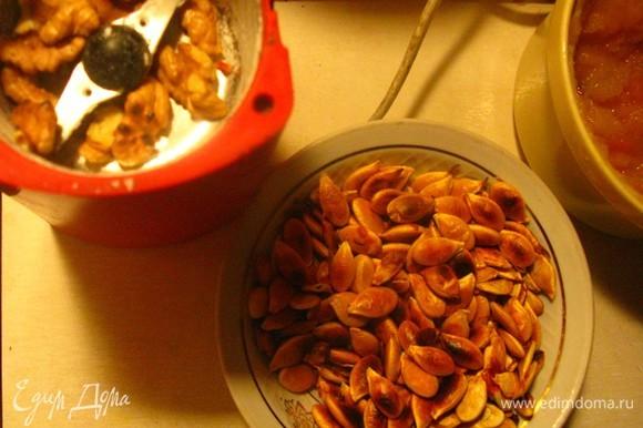 Разминаем тыкву, орехи грецкие на кофемолке измельчаем, добавляем в массу, туда же белые семечки, лен, кунжут и все приправы.