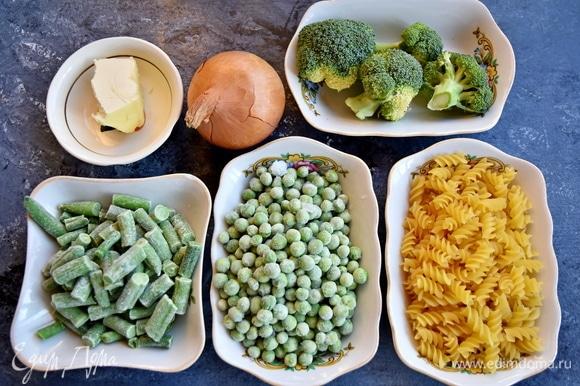 Подготовить необходимые продукты: макароны, мороженые овощи, сливочное и растительное масла, лук, чесчнок, сливки, соль, перец.
