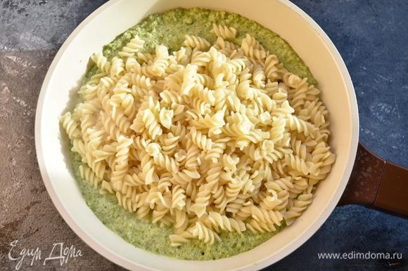 Соус при желании можно еще раз измельчить блендером для большей однородности. Выложить в соус пасту и перемешать.