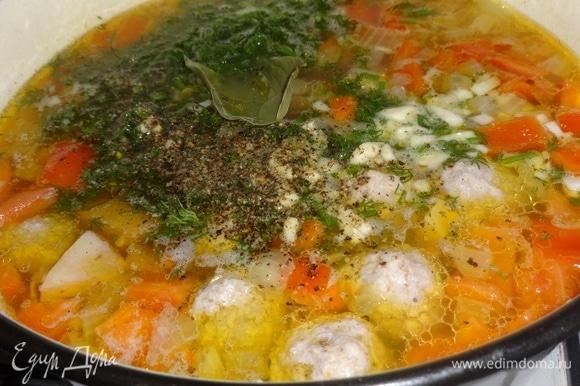 Добавить в суп нарезанные перец, укроп и чеснок. По вкусу еще посолить и поперчить, положить лавровый лист. Варить 5–7 минут и выключить огонь. Дать супу настояться 15–20 минут.