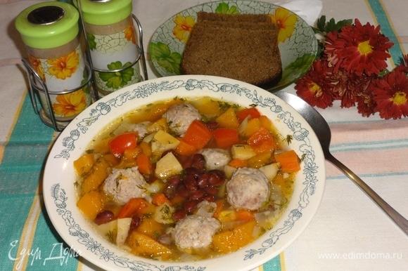 Наш ароматный сытный суп готов! Горячий суп разлить по тарелкам и приглашать всех к столу. Приятного аппетита!