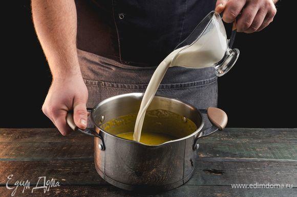 Добавьте сливки и еще раз немного взбейте суп блендером.