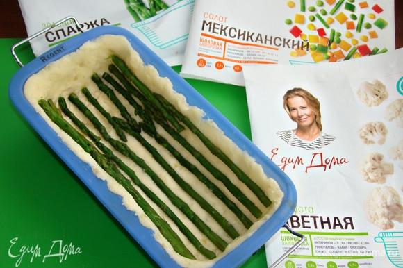 Форму для запекания смазать растительным маслом. Половину картофельного пюре распределить равномерным слоем по всей форме. Разложить спаржу по всей форме на одинаковом расстоянии друг от друга, сверху распределить вторую часть картофельного пюре.