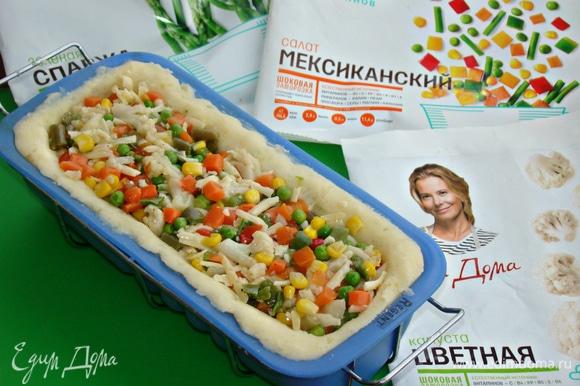 Плотно уложить овощную смесь ТМ «Планета витаминов», смешанную с яйцом и сыром.