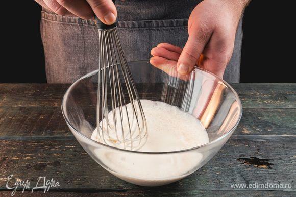 Влейте сливки в миску. Добавьте к сливкам немного ванилина, сахара и сахарной пудры. Взбейте.