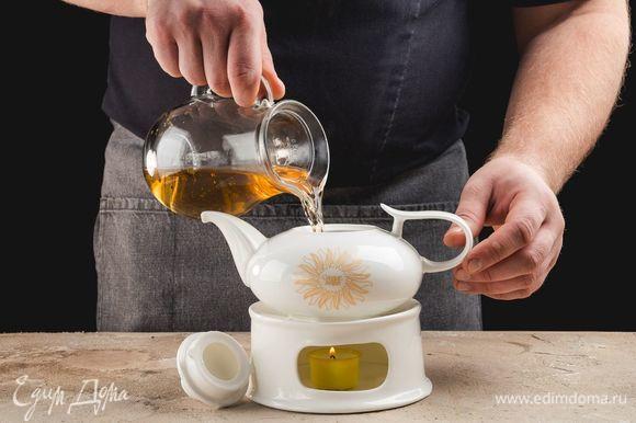 Затем влейте воду обратно. Накройте чайник крышкой и оставьте на 10–15 минут, чтобы травы заварились.