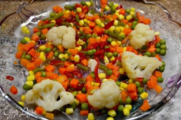 Готовые овощи кладем в блюдо.