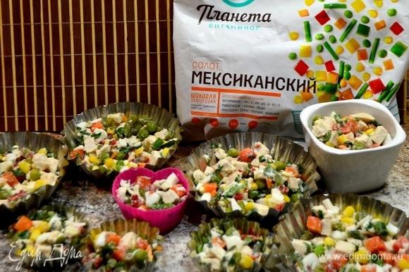 Отварить овощную смесь, яйца, куриную грудку, зелень, все нарезать кубиками и наполнить формочки. Яйца лучше добавлять без желтка, иначе цвет заливного будет не совсем прозрачным. Заливаем формочки подготовленным желатином (30 г желатина залить 900 мл воды на 30 минут, на медленном огне растворяем, не доводя до кипения). Отправляем формочки в холодильник застыть.